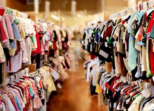 одежды оптом склад стоковой одежды